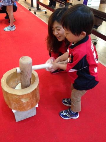 浦和コルソ「ちびっこ餅つき大会」にレディース