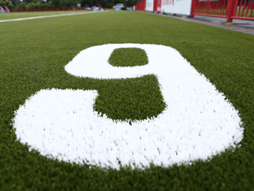 レッズランド・人工芝サッカー場に記された「9」のお披露目に原口元気選手が参加